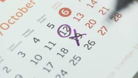 Kobiety ręki krzyża dzień na papieru kalendarzu 19st dzień miesiąc zbiory