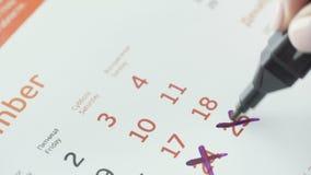 Kobiety ręki krzyża dzień na papieru kalendarzu 25st dzień miesiąc zbiory
