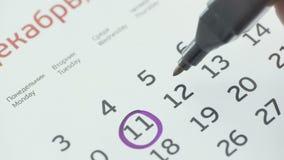 Kobiety ręki okręgu dzień na papieru kalendarzu 12st dzień miesiąc zbiory wideo