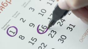 Kobiety ręki okręgu dzień na papieru kalendarzu 16st dzień miesiąc zdjęcie wideo