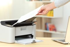 Kobiety ręka łapie dokument od drukarki obrazy stock