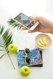 Kobiety ręka bierze lato obrazki podczas gdy eataing odżywczego śniadaniowego fotografii pojęcie Zdjęcie Royalty Free