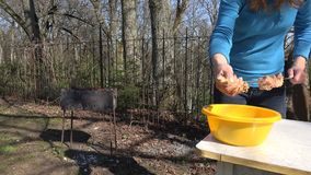 Kobiety ręka bierze surowy spiced mięsnego i stawia dalej metal mierzeję 4K zdjęcie wideo
