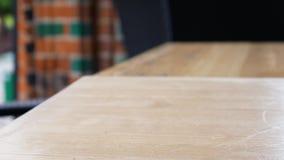 Kobiety ręka bierze szkło piwo i stawia je na stole Uliczna kawiarnia w Europejskim mieście zbiory