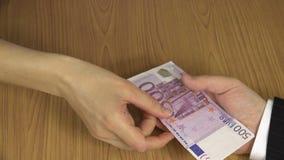 Kobiety ręka daje 500 euro banknotu gotówkowej łapówce od koperty 4K zdjęcie wideo