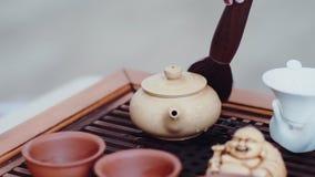 Kobiety ręka delikatnie wyciera krople wrząca woda od czajnika z dodatku specjalnego muśnięciem zbiory