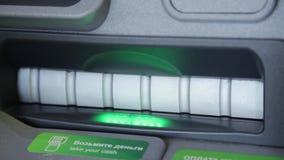 Kobiety ręka dostaje pieniądze w ATM kobieta używa jej kredytową kartę i deponujący pieniądze gotówkową maszynę zbiory wideo