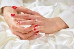 Kobiety ręka dotyka jej pierścionek na palcu Obrazy Stock