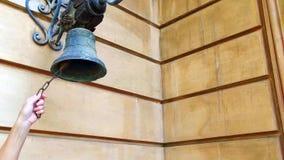 Kobiety ręka Dzwoni Starego Bell Zamkniętego W górę kobiety ręki dzwoni starego dzwon na ścianie dom zbiory wideo