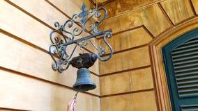 Kobiety ręka Dzwoni Starego Bell Zamkniętego W górę kobiety ręki dzwoni starego dzwon na ścianie dom zdjęcie wideo