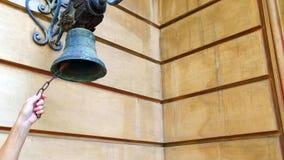 Kobiety ręka Dzwoni Starego Bell Zamkniętego W górę kobiety ręki dzwoni starego dzwon na ścianie dom zbiory