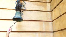 Kobiety ręka dzwoni starego dzwon zamkniętego w górę kobiety ręki dzwoni starego dzwon na ścianie dom zbiory