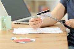 Kobiety ręka niszczy stare kredytowe karty zdjęcia royalty free