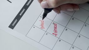 Kobiety ręka pisze z czerwieni filc piórem na kalendarzowej słowo nauce zbiory wideo