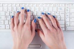 Kobiety ręka pracuje na białej laptop klawiaturze fotografia stock