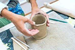 Kobiety ręka pracuje z surową gliną Zdjęcie Stock
