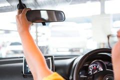Kobiety ręka przystosowywa rearview lustro fotografia royalty free