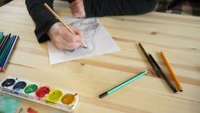 Kobiety ręka rysuje sowy oko