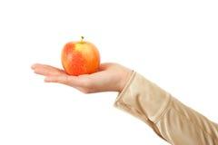Kobiety ręka trzyma czerwonego jabłka Zdjęcia Stock