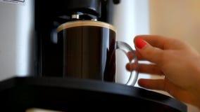 Kobiety ręka trzyma filiżankę kawy blisko kawy zbiory