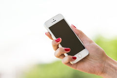 Kobiety ręka Trzyma Jabłczanego iPhone 5S Fotografia Stock