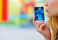 Kobiety ręka trzyma kredytową kartę Zdjęcie Royalty Free
