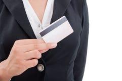 Kobiety ręka trzyma kredytową kartę Zdjęcia Stock