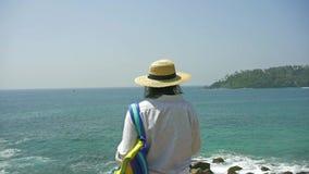 Kobiety ręka trzyma mądrze telefon, wisząca ozdoba, mądrze telefon nad zamazanym pięknym błękitnym morzem brać fotografię morze zbiory