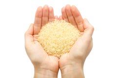 Kobiety ręka trzyma organicznie ryż Zdjęcie Stock