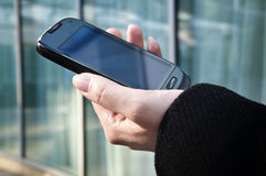 Kobiety ręka trzyma telefon komórkowy Obraz Stock
