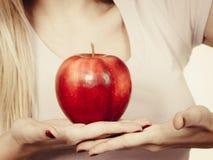 Kobiety ręka trzyma wyśmienicie czerwonego jabłka Obraz Royalty Free