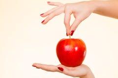 Kobiety ręka trzyma wyśmienicie czerwonego jabłka Zdjęcia Royalty Free