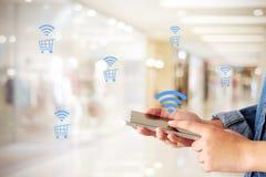 Kobiety ręka używać mądrze telefon i robiący zakupy ikonę nad plama sklepem w Obrazy Stock