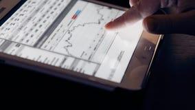 Kobiety ręka używać palec dla wzruszającej pastylki komputeru osobistego dotyka komputerowego ekranu na pieniężnej mapie dla bizn zbiory