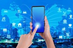 Kobiety ręka używać smartphone na internecie rzeczy i światowa mapa fotografia stock