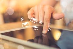 Kobiety ręka używać smartphone wysyłać emaila dla biznesu na natury bokeh tle i otrzymywać obraz stock