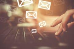 Kobiety ręka używać smartphone wysyłać emaila i otrzymywać obrazy stock