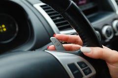 Kobiety ręka wyłacza lobes przekładnia selekcjoner na kierownicie Ręka wyłacza samochodową przekładni dźwignię, zakończenie up st zdjęcia stock