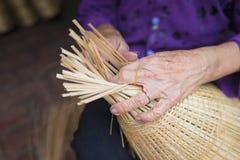 Kobiety ręka wyplata tropikalnego bambus ryba oklepa w tradycyjnej rzemiosło wiosce w Wietnam Zdjęcia Royalty Free