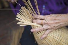 Kobiety ręka wyplata tropikalnego bambus ryba oklepa w tradycyjnej rzemiosło wiosce w Wietnam Zdjęcie Stock
