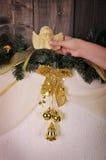 kobiety ręka z Bożenarodzeniowym aniołem Zdjęcia Royalty Free