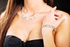 Kobiety ręka z bransoletką na ramieniu obraz stock