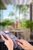 Kobiety ręka z kredytowej karty zamachem przez terminal dla sprzedaży Obraz Stock