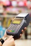 Kobiety ręka z kredytowej karty zamachem przez terminal dla sprzedaży Fotografia Stock