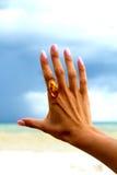 Kobiety ręka z pierścionkiem. Obrazy Royalty Free