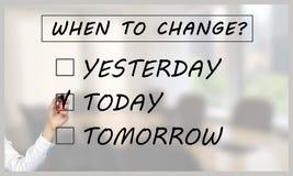 Kobiety ręka zaznacza dzień zmieniać na przejrzystym ekranie obrazy royalty free