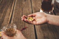 Kobiety ręki alkoholu lek zdjęcie royalty free