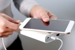 Kobiety ręki chwyt ładowarka, telefon, powerbank i mądrze telefon i, jest złączony, energia Obraz Stock