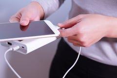 Kobiety ręki chwyt ładowarka, telefon, powerbank i mądrze telefon i, jest złączony, energia Fotografia Stock