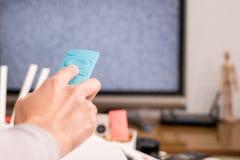 Kobiety ręki chwyt pilot do tv TV pudełko w żywym pokoju pusty ekran TV Fotografia Stock
